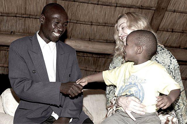 Η Μαντόνα συστήνει στον γιο της Ντέιβιντ Μπάντα, τον βιολογικό του πατέρα.