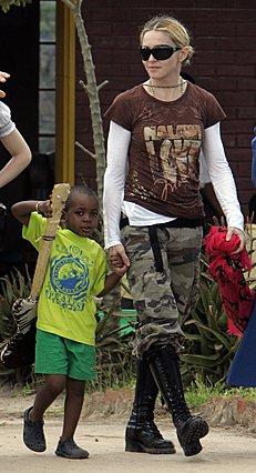 Η Μαντόνα κάνει βόλτα με τον γιο της στο χωριό των Μαλάουι, μετά  από επίσκεψη στο σχολείο που έχει ιδρύσει στην περιοχή. Ο Ντέιβιντ  κρατά στο χέρι του μια ψεύτικη κιθάρα που του δώρισαν οι δασκάλες.