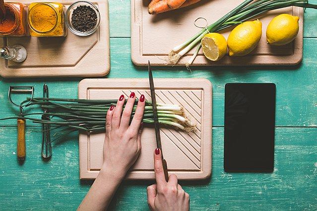 Ποιος είναι ο καλύτερος τρόπος να απαλλαγείς από τις μυρωδιές στα χέρια σου μετά το μαγείρεμα;