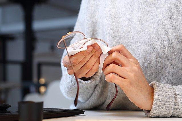 Αυτός είναι ο καλύτερος τρόπος να καθαρίσεις τα γυαλιά σου