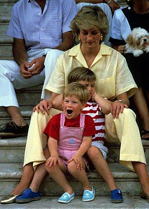 <p>Αύγουστος 1987 και το πριγκιπικό ζεύγος κάνει διακοπές στη Μαγιόρκα της Ισπανίας. Στιγμές χαλάρωσης για την Diana και τους γιους της. (Photo by Anwar Hussein/Getty Images/Ideal Image)</p>