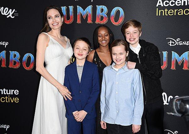 <p>Στη φωτογραφία η Angelina Jolie με τις κόρες της Siloh, Zahara και Vivienne και τον δίδυμο αδελφό της τελευταίας, Knox, στην πρεμιέρα του Dumbo φέτος.</p>  <p>(Photo by Axelle/Bauer-Griffin/FilmMag