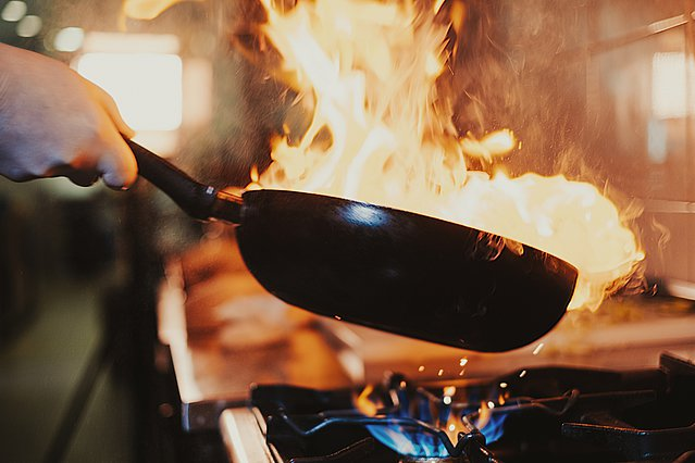 Πήρε φωτιά το τηγάνι; Τι πρέπει να κάνεις και τι όχι