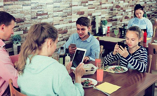 Οι οικογένειες σήμερα περνούν περισσότερο χρόνο μαζί αλλά και... χώρια - Τι σημαίνει αυτό;