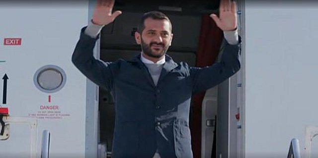 Λεωνίδας Κουτσόπουλος: Η επική έξοδος από το αεροπλάνο αλά Παπανδρέου και το  γλέντι  στα social media [video]