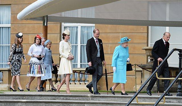 <p>Οι πριγκίπισσες Eugenie και Beatrice, η Kate και ο William μαζί με τη βασίλισσα και τον πρίγκιπα Φίλιππο φτάνουν στους κήπους του Μπάκινχαμ για το garden party του 2016</p>  <p>(Photo by John Still