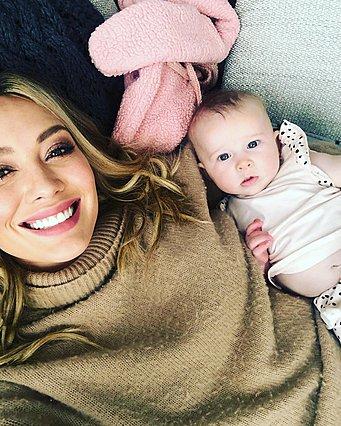 Hilary Duff: Το συγκινητικό βίντεο όπου η κόρη της την αγκαλιάζει, λίγα λεπτά μετά τη γέννησή της στο σπίτι