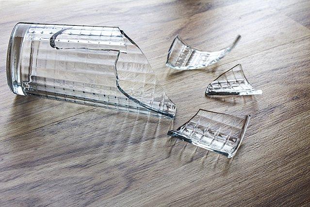 Αυτός είναι ο πιο γρήγορος και ασφαλής τρόπος να μαζέψεις τα σπασμένα γυαλιά