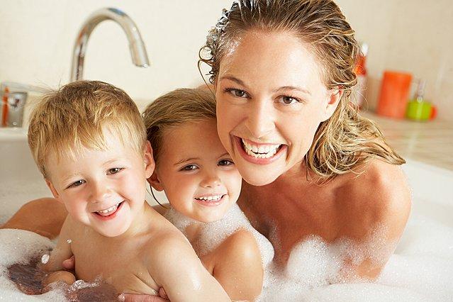 Tελικά είναι σωστό ή όχι να βλέπουν τα παιδιά γυμνούς τους γονείς τους;