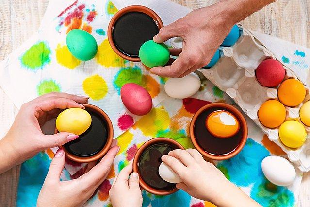 Έτσι θα μπορέσεις να βγάλεις τη βαφή των αυγών από τα χέρια και τα ρούχα σου