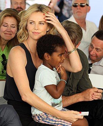 <p>Η Charlize και ο Jackson, τότε που ακόμη δεν είχε εκφράσει ανοιχτά την πεποποίθησή του ότι είναι κορίτσι (Photo by JB Lacroix/WireImage/ideal image)</p>