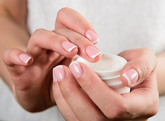 Πώς να απαλλαγείς από τα πετσάκια στα νύχια σου χωρίς να τα κόψεις