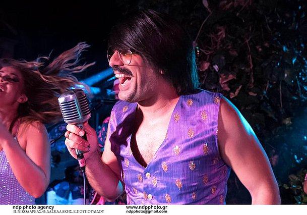 O Toni Sfinos σε σπάνια δημόσια εμφάνιση δίχως γυαλιά και περούκα! [Photos]