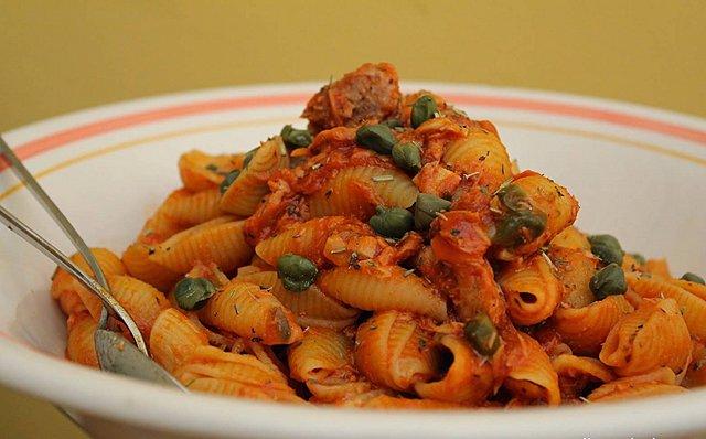 Ζυμαρικά με τόνο και κάπαρη: Η πιο εύκολη -και νόστιμη- καλοκαιρινή συνταγή