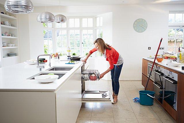 Πώς να καθαρίσεις το πλυντήριο πιάτων με υλικά που έχεις πάντα στο ντουλάπι σου