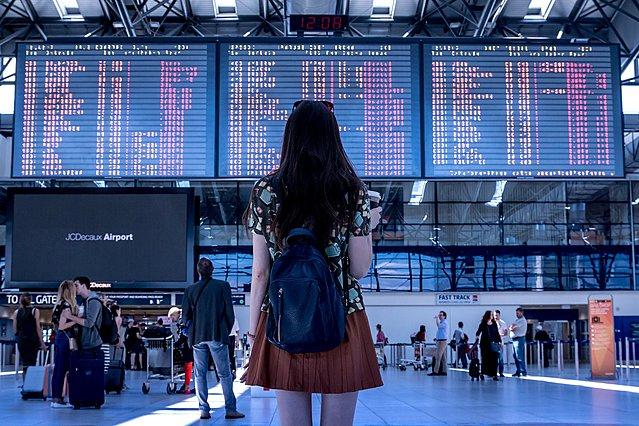 Πώς να αποφεύγεις τα μπλεξίματα αν ταξιδεύεις μόνη