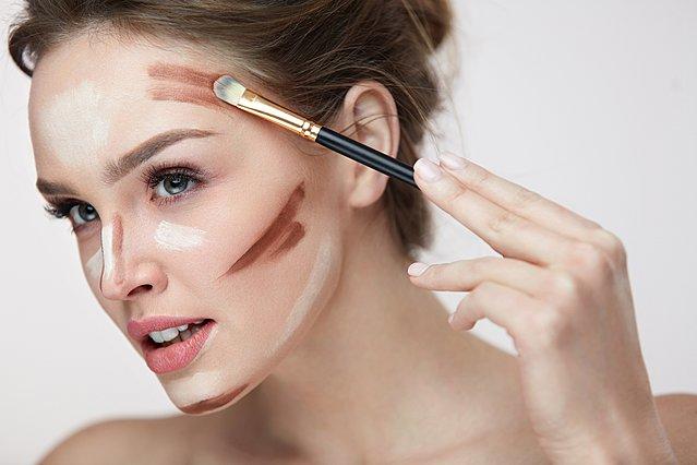 Κάνε το πρόσωπο σου να φαίνεται πιο λεπτό με το μακιγιάζ