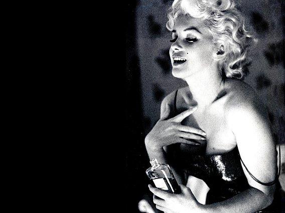 <p>Η θρυλική Marilyn κοιμόταν, όπως έλεγε, φορώντας μόνο Chanel No5!</p>
