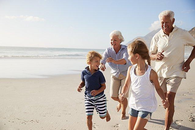 Οι παππούδες και οι γιαγιάδες ζούν περισσότερο όταν κάνουν babysitting στα εγγόνια τους