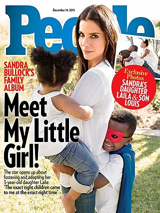 <p>Η φωτογραφία είναι από το 2015 όταν η Sandra Bullock παρουσίασε στο ευρύ κοικό -με αυτό τον διακριτκό τρόπο- την αδελφούλα που χάρισε στον γιο της.</p>