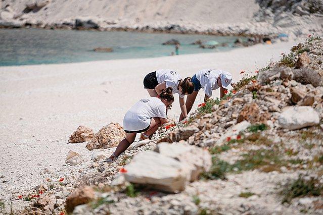 <p>Εθελοντές μαζεύουν τα απορρίμματα από την παραλία του Μύρτου</p>