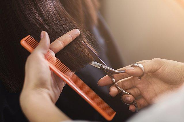 Τόσο συχνά πρέπει να κόβεις τα μαλλιά σου για να είναι λαμπερά και υγιή
