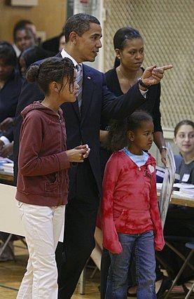 Το νεανικό στυλ είναι χαρακτηριστικό των Ομπάμα. Εδώ ενώ πηγαίνουν να ψηφίσουν.