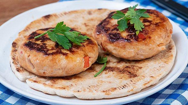 Μπιφτέκια κοτόπουλο με σάλτσα μπάρμπεκιου: Απίθανη γεύση στο πιάτο σου σε λιγότερο από 30 λεπτά!