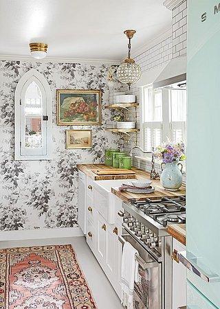 Χρησιμοποίησε ένα μοτίβο -ή και δύο!  Ένα χαλί vintage ή μια floral ταπετσαρία προσθέτει τόνους από την προσωπικότητα σου ακόμα και στις μικρότερες κουζίνες. Εάν θέλεις να δ