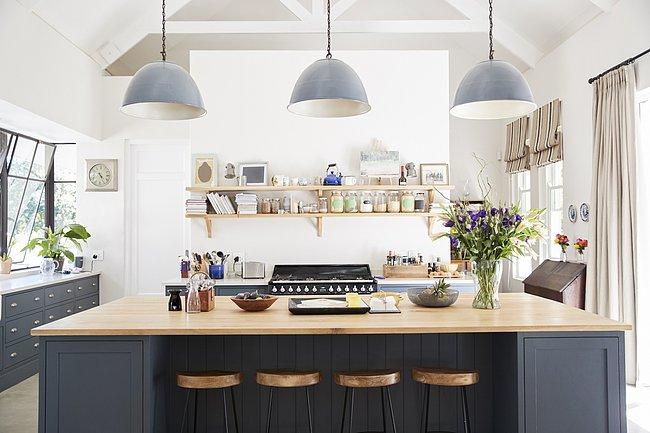 Επίλεξε κρεμαστά φώτα  Σκέψου το ως κόσμημα για την κουζίνα σου – ένα κρεμαστό φωτιστικό μπορεί να δέσει ολόκληρο το δωμάτιο ή να κάνει τη διαφορά απλά από μόνο του.