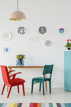 Βάλε πιάτα για να διακοσμήσεις τους τοίχους  Απλά κόλλησε τα στον τοίχο με ταινίες διπλής επικολλήσεως ή κρέμασε τα σε μικρούς γάντζους- κρεμάστρες. Μπορείς να βρεις vintage