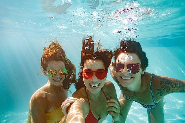Η ενοχλητική ασθένεια που μπορεί να μεταδοθεί από το μπάνιο στην πισίνα -Δεν είναι αυτή που νομίζεις