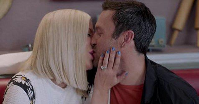 BH90210 : Το φιλί της Donna και του David 19 χρόνια μετά, είναι γεγονός [video]