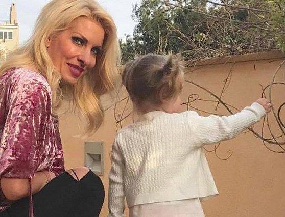<p>Η Ελένη Μενεγάκη γέννησε το τέταρτο παιδί της, τη Μαρίνα, όταν ήταν 45 ετών και έχει δηλώσει με πάθος σχετικά: «Το έχω σήμερα εγώ και το κοιτάζω και το λατρεύω και δεν πιστεύω ότι το έκανα; Κ