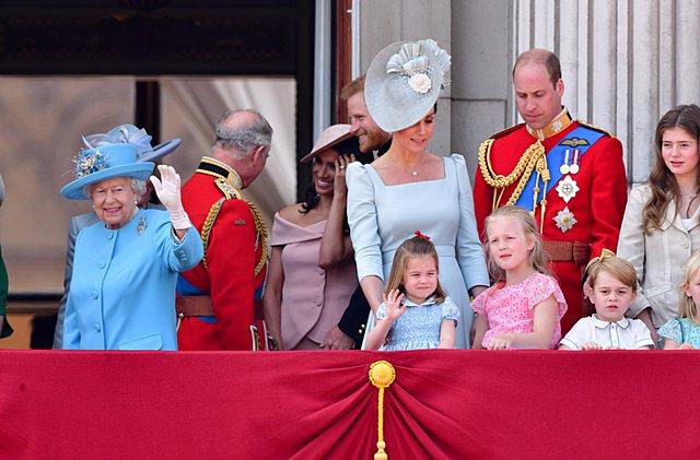 <p>Η φωτογραφία είναι από το 2018 και το Trooping The Colour Day. Η τρίτη εμφάνιση της Charlotte στο μπαλκόνι του Μπάκινχαμ για τους εορτασμούς των γενεθλίων της βασίλισσας και ο... χαιρετισμός έχει σ