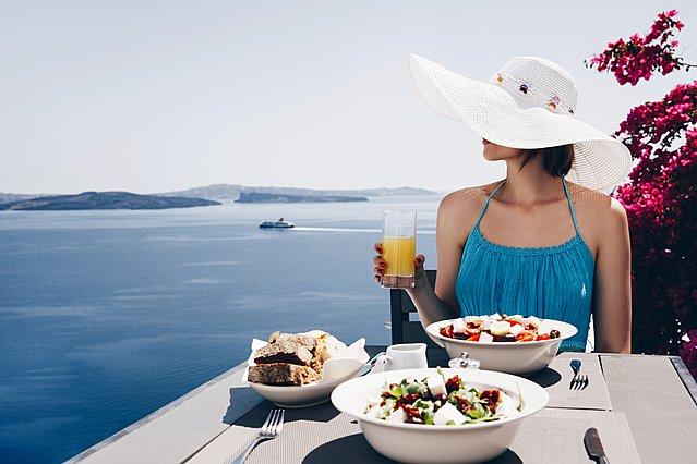 Πώς να φας στις διακοπές έτσι ώστε να μην παχύνεις