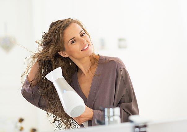 Στεγνώνεις τα μαλλιά με πιστολάκι; 6 σημεία που πρέπει να προσέξεις ιδιαίτερα