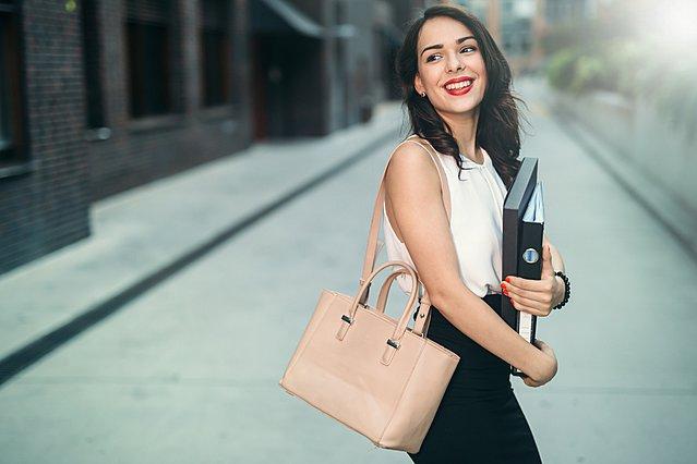 8 συμβουλές για σικ ντύσιμο στο γραφείο τις ημέρες του καύσωνα