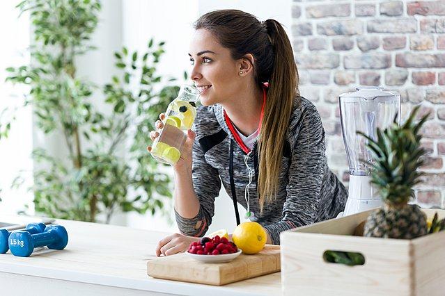 Αλήθεια ή μύθος ότι το νερό με λεμόνι βοηθάει στο αδυνάτισμα;