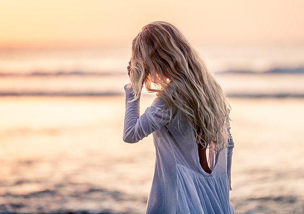 Το κόλπο για να διώξεις την άμμο από τα μαλλιά σου είναι πολύ απλό!
