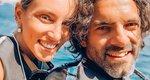 Αθηνά Οικονομάκου - Φίλιππος Μιχόπουλος: Δαμάζοντας τα κύματα στη Σαντορίνη [photos]