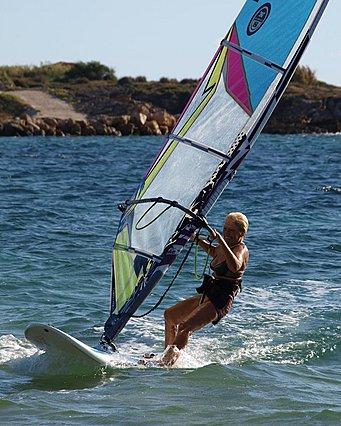 Ελληνίδα windsurfer ετοιμάζεται για έναν ιστορικό διάπλου στα 81 της χρόνια