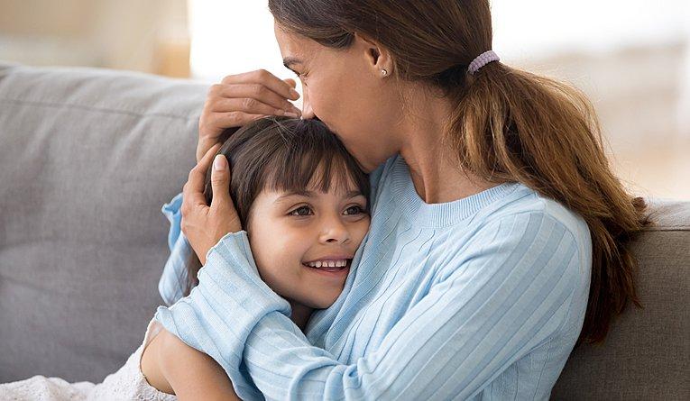 προβλήματα με το να βγαίνεις με ένα παιδί της μαμάς