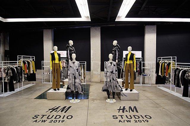 Με θεατρική και νοσταλγική διάθεση πραγματοποιήθηκε η παρουσίαση της συλλογής H&M STUDIO Α/W 2019