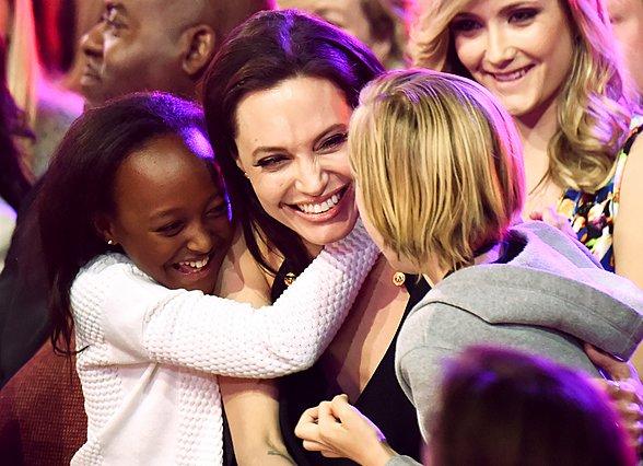 <p>Η Angelina Jolie με τις κόρες της, Zahara και Shiloh πανηγυρίζουν τη νίκη της στο πλαίσιο Kid's Choice Awards το 2015.</p>  <p>(Photo by Jeff Kravitz/FilmMagic/Ideal Image)</p>