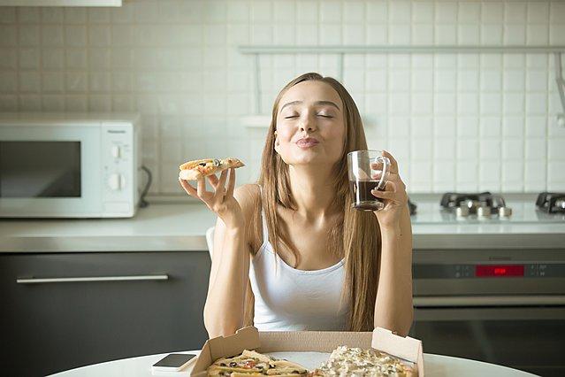 Οι λόγοι για τους οποίους δεν πρέπει να πίνεις υγρά όταν τρως