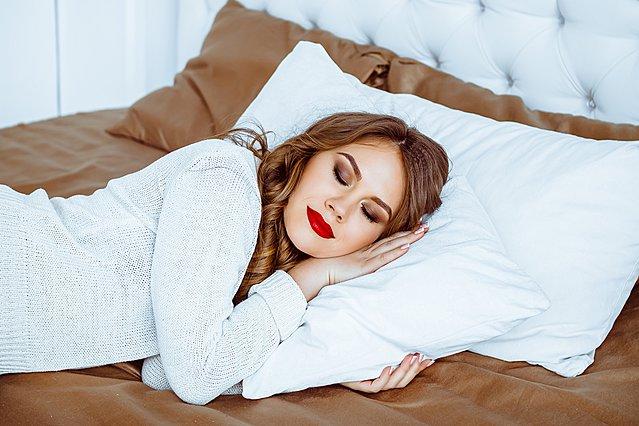 Πόσο κακό είναι να κοιμάσαι χωρίς να αφαιρέσεις το μακιγιάζ σου;