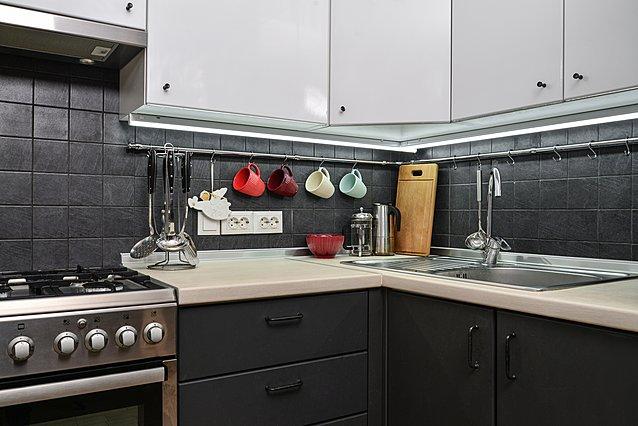 Μικρή κουζίνα; 6 κόλπα που μπορούν να... διπλασιάσουν τον χώρο σου