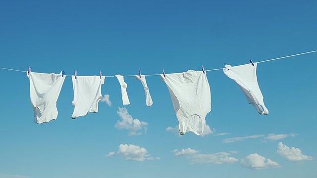 Θέλεις λευκά ρούχα χωρίς να ξεθωριάζουν; Έτσι θα το καταφέρεις με τον πιο ασφαλή τρόπο