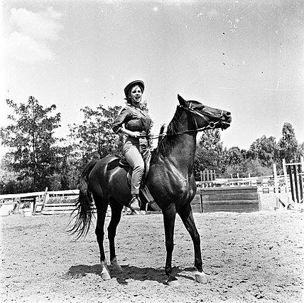 """<p>Η Αλίκη Βουγιουκλάκη έφιππη στην ταινία """"Η Λίζα και η άλλη"""" (1961)</p>"""